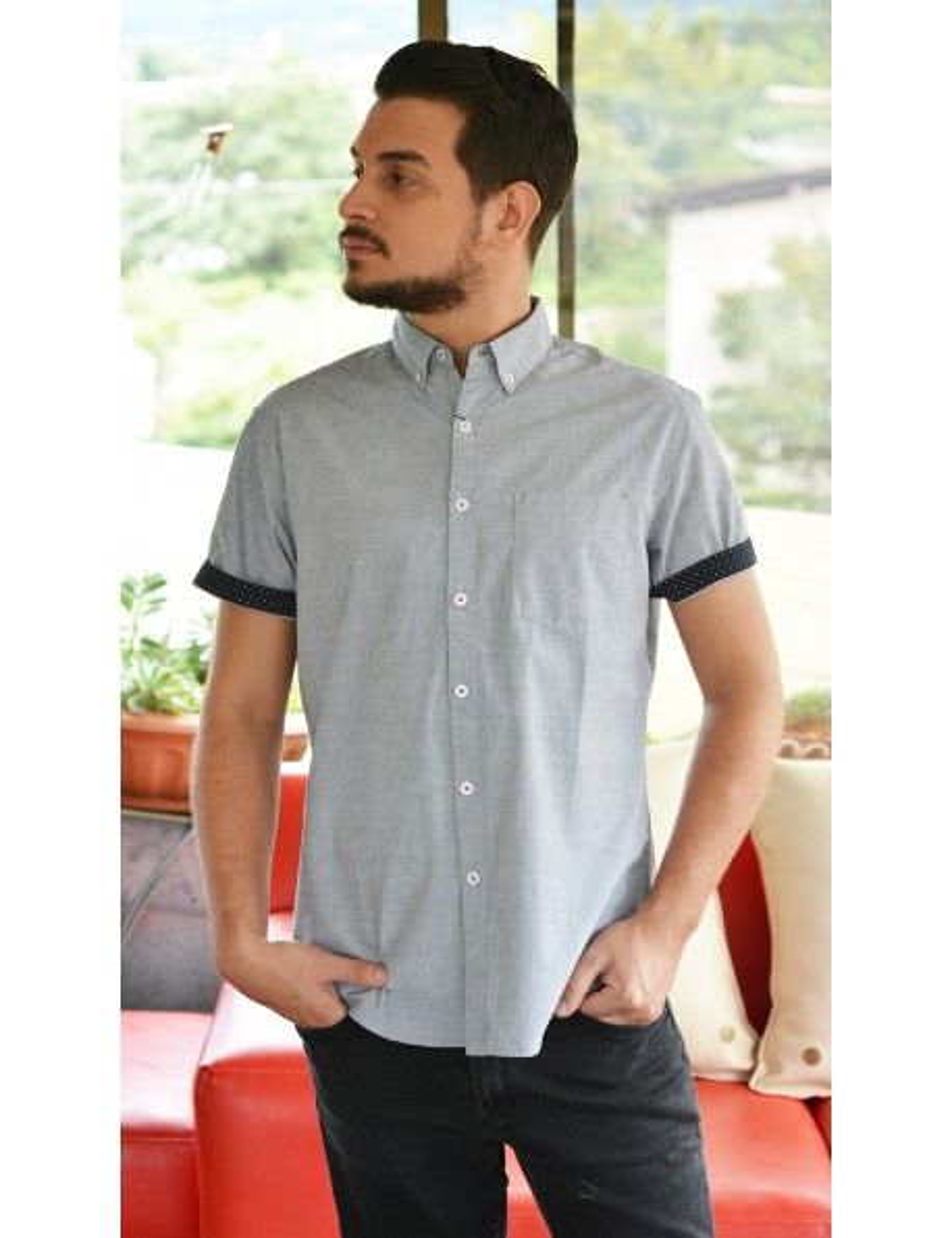Camisa gris manga corta con estampado negro bolsa frontal
