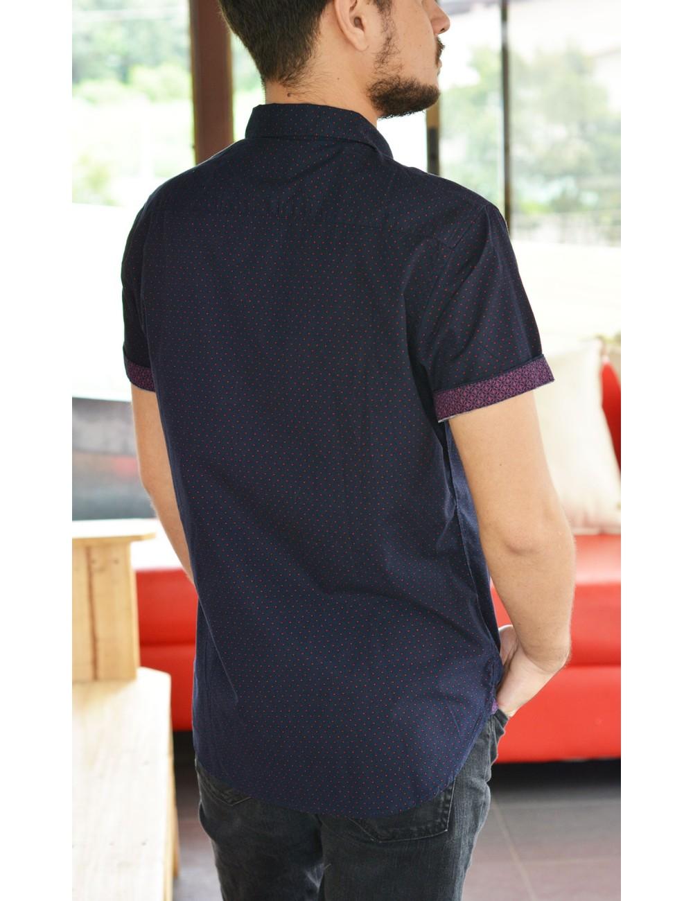 Camisa azul con puntos rojos manga corta