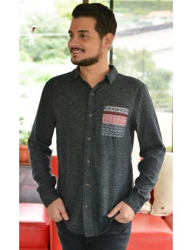 Camisa gris manga larga botones cafes con bolsa frontal estampada