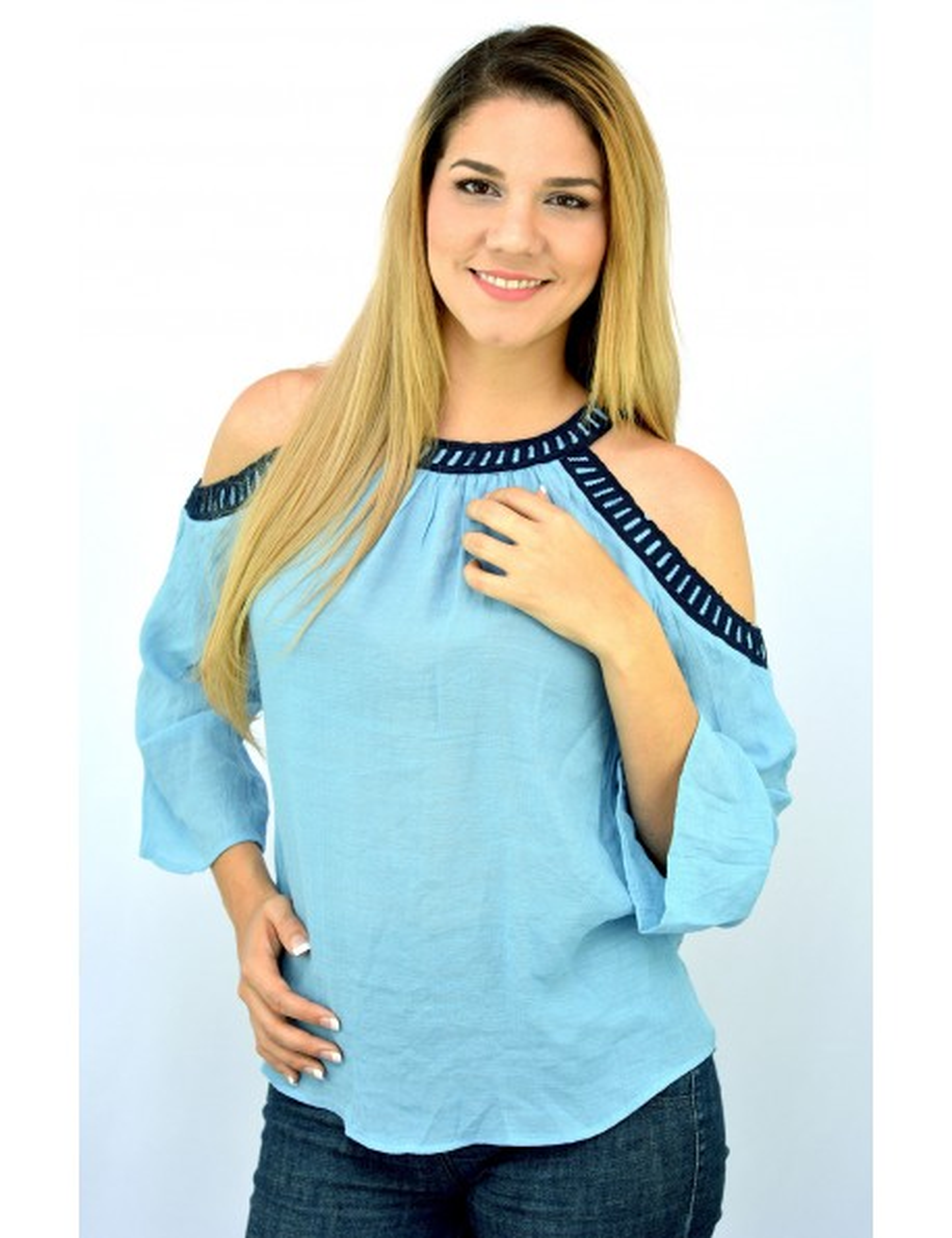 Blusa de manta celeste con bordado azul hombros descubiertos