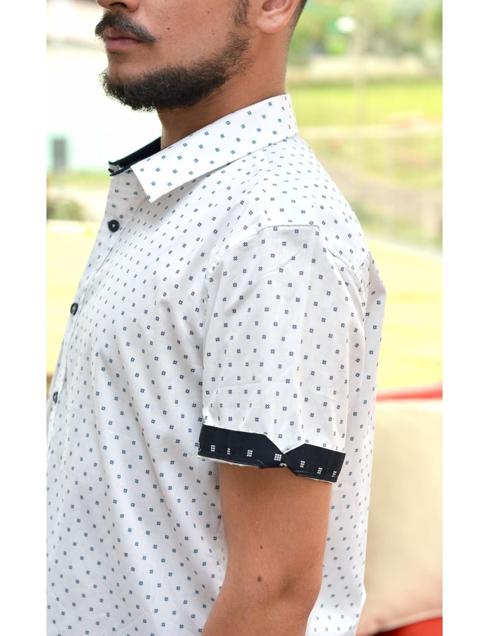 Camisa blanca manga corta estampado azul