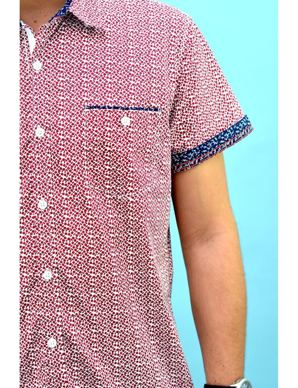 Camisa blanca con estampado floreado rojo