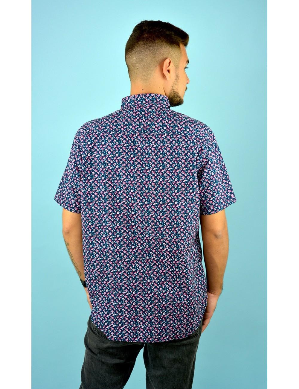 Camisa azul con estampado floreado