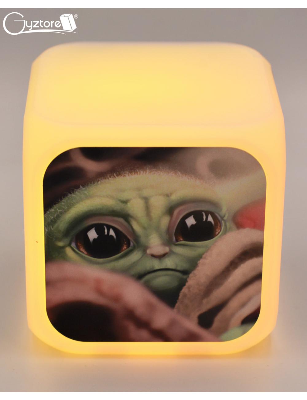 """Relojes digitales """"Baby Yoda"""" con LED multicolor"""