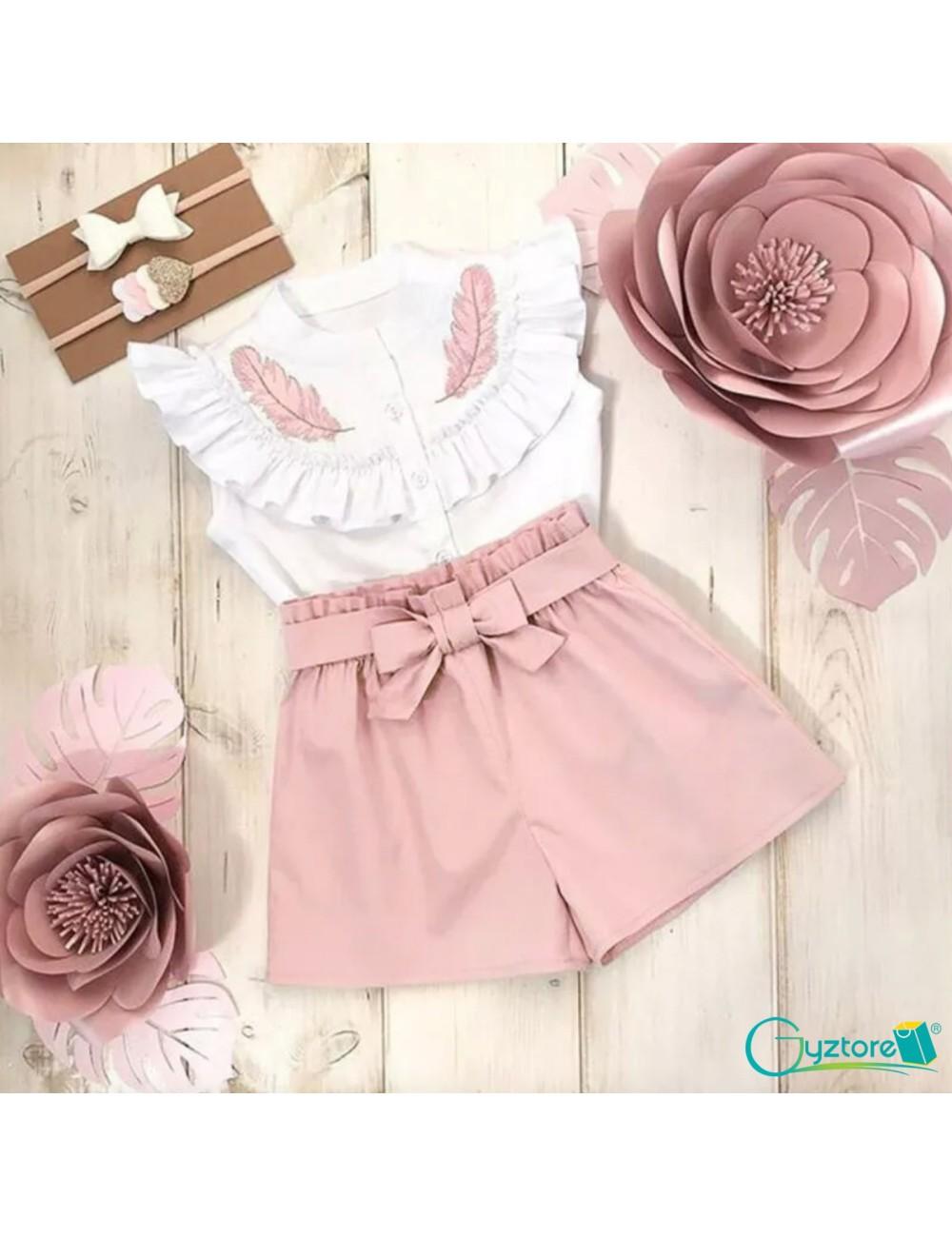 Set de short rosado con blusa blanca diseño de plumas